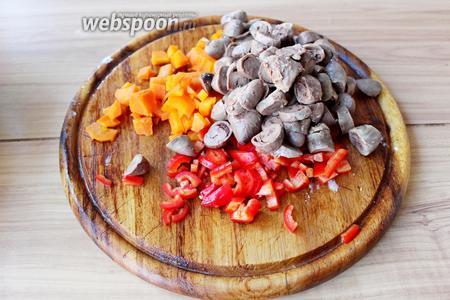 Куриные сердечки (отварные), морковь (отварную) и сырой сладкий перец нарезать на кубик.