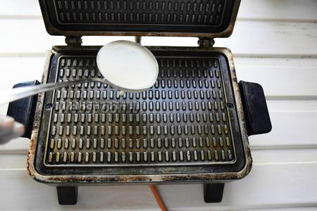 Нагреть вафельницу. При необходимости смазать, первый раз, растительным маслом, потом уже вафли хорошо отходят. Вылить половник теста и выпекать каждую вафлю несколько минут.