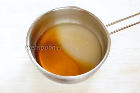 Готовим самое вкусное и красивое — шоколадную глазурь. Замачиваем желатин (10 г). Выливаем в сотейник воду (75 г), мёд (150 г), сахар (150 г), не мешаем сахару раствориться, доводим до кипения (до температуры 103°С, это у кого есть градусник). Внимание, у кого нет градусника, делаем так: когда сироп закипел – подняли сотейник над плитой, помешали, снова поставили; затем, когда закипело — подняли сотейник над плитой, помешали, снова поставили и ещё также, третий раз. Всё готово.