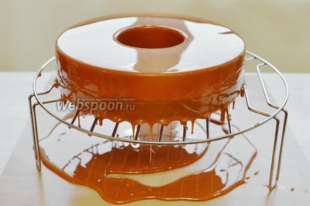 Этап третий, завершающий! С утра, чтобы успеть к праздничному вечеру, вынимаем глазурь из холодильника. Нагреваем её в микроволновке до температуры в пределах от 30-35°С, это рабочая температура. Пробиваем ещё раз блендером (без пузырьков) и сразу заливаем наш торт, только что извлечённый из морозилки и из формы (тем самым, избегаем возможного конденсата на поверхности торта). Глазурь очень хорошо легла на торт, решётка отражается, как в зеркале.
