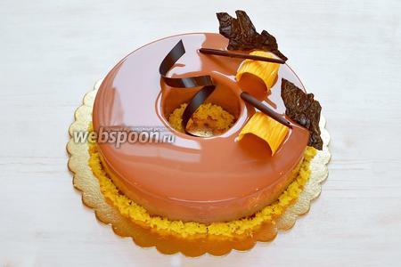Убираем торт в холодильник на 5-10 минут, затем украшаем и снова убираем в холодильник, там он будет оттаивать часов 5-6, как раз к подаче на праздничный стол! Всем желаю любви, добра и радости!!!