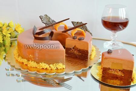Чтобы получить идеальный разрез на торте, нужно его разрезать тёплым, сухим ножом, от очень горячего ножа слои смазываются (проверено).