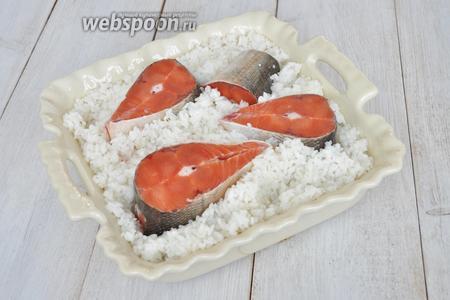Рыбу немного «утопить» в рисе.