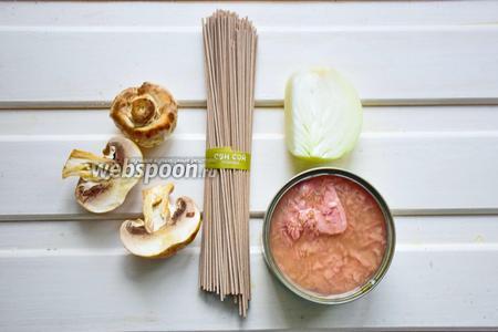 Ингредиенты: лапша гречневая, шампиньоны, лук, тунец.