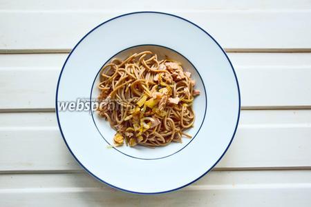 Подаём в глубоких тарелках. При желании поливаем соевым соусом. Кстати будут кунжут и петрушка. Приятного аппетита!