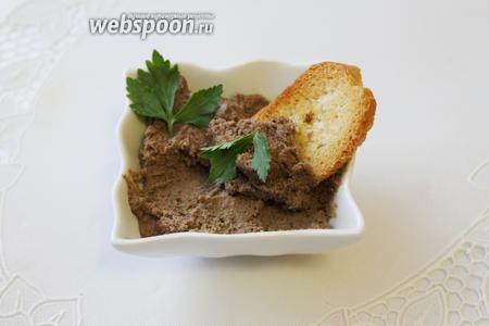 Подавать дип-паштет, комнатной температуры, с тостами из багета.