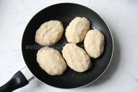 Из фарша, влажными руками, сформировать котлеты. Обвалять их в панировочных сухарях, но можно этого не делать, будет вкусно в любом случае. Выложить  заготовки котлет на горячую сковороду с подсолнечным маслом.