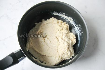 Перемешать сливки с панировочными сухарями.