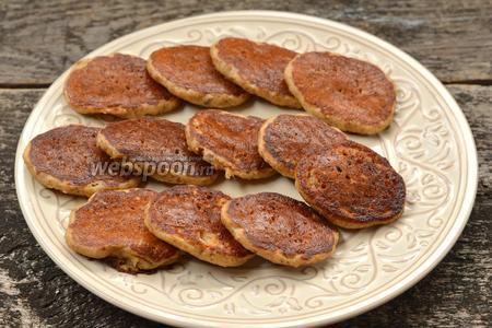 Дрожжевые оладьи с орехами готовы.