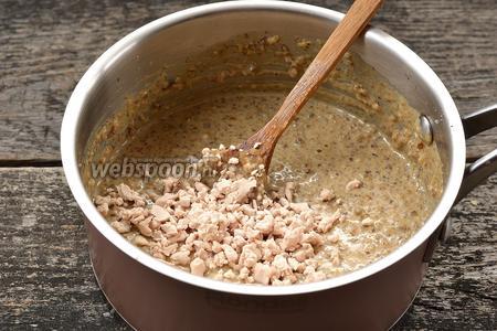 Охладить смесь до 40°С. Добавить раскрошенные свежие дрожжи.