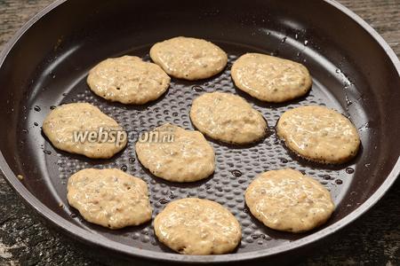 На слегка смазанную подсолнечным маслом горячую сковороду столовой ложкой выкладывать оладьи.