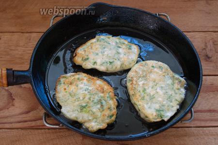 Из полученного теста будем жарить оладьи. Выкладывайте их на горячую сковороду столовой ложкой. Обжаривайте с 2 сторон на хорошо разогретой сковороде с добавлением растительного масла.