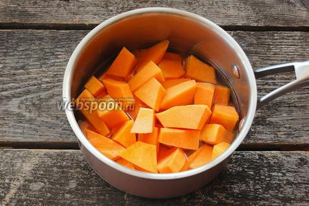 Тыкву очистить, порезать на кубики и залить небольшим количеством воды.