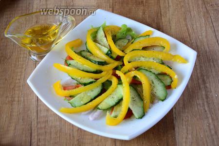 Сверху присыпаем овощи, солью и чёрным перцем, так же поливаем овощи оливковым маслом.