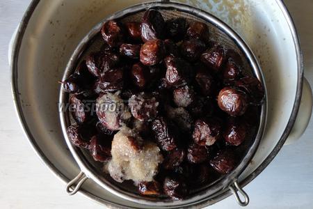 Вот уже оливки на 30 день. На вкус мне показалось достаточно горечи, в меру. Оливки откидываем на дуршлаг, как видно, соль полностью не растворилась. Оливки промываем холодной кипячёной водой.