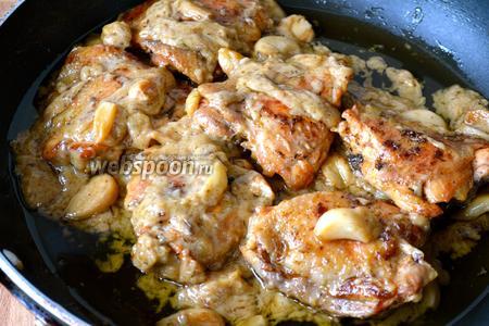 Курицу вернуть в соус. Подавать с вашим любимым гарниром. Приятного аппетита!