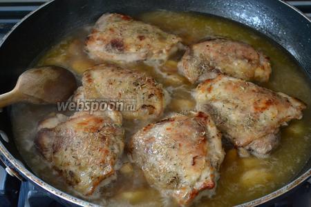 Снова выложить куски курицы вместе со всей собравшейся в тарелке жидкостью. Курицу посолить, поперчить и добавить сушёный тимьян. Слегка прикрыть крышкой и тушить на среднем огне 30-35 минут.