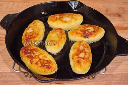 В горячую сковороду вливаем немного растительного масла. Выкладываем зразы (не очень плотно). Если уложить плотно, нам будет очень трудно аккуратно их перевернуть на другую сторону.
