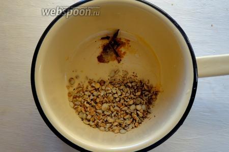 В кастрюлю складываем измельчённый кофе и специи, заливаем водой и варим в течение 3 минут.