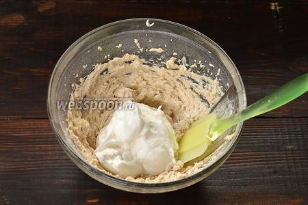 В масляную смесь частями вмешивать взбитые белки (с помощью кулинарной лопатки).