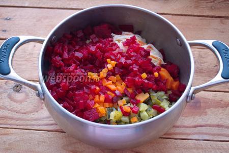 В единую кастрюлю помещаем нарезанные продукты: огурцы, квашенную капусту, морковь, картофель, свёклу. Добавляем мелко нарезанный репчатый лук.