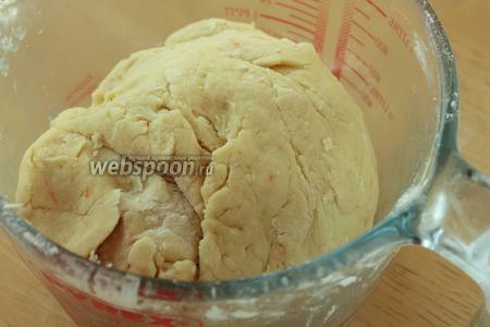 Вот такое мягкое нежно тесто. Сильно не забивайте и не мешайте его как дрожжевое. Дайте тесту отдохнуть минут 15.