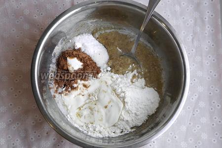 В масло с орехами добавить какао, муку, сахар, сметану, соду и ваниль. Перемешать.