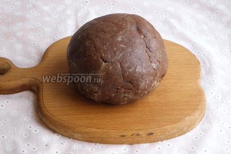 Шоколадную массу лучше переложить на стол и хорошо вымешать, постепенно подсыпая муку. Должно получиться пластичное, маслянистое и нелипкое тесто. Тесто положить в холодильник минут на 15.