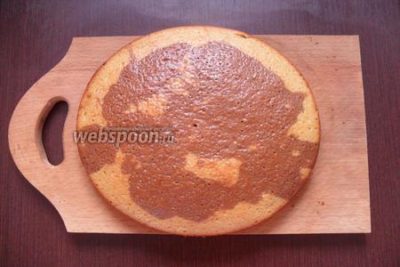 Испёкшееся тесто аккуратно вынимаем из формы, и оставляем чтобы остыло.