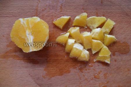 Апельсин очистить от кожуры, нарезать небольшими кусочками.