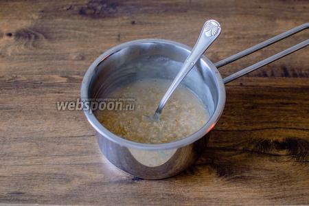 Первым делом следует сварить овсяную кашу. Для этого в кастрюльке доведите воду до кипения, добавьте овсяные хлопья быстрого приготовления, 1 ст. л. сахара и щепотку соли. Варите, помешивая, до загустения.