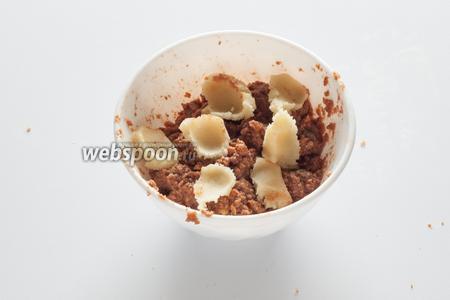 Добавляем к прянично-глинтвейновой массе марципан, вымешиваем их в гомогенное тесто.