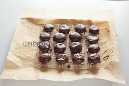 Обмакиваем начинку в жидкий шоколад и выкладываем конфетки сушиться так, чтобы они не соприкасались друг с другом.
