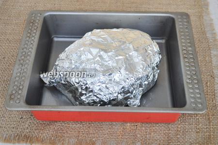 Завернуть мясо в фольгу и положить на лист. Запекать при максимальной температуре 50 минут. На дно листа можно влить немного воды. Через 50 минут фольгу открыть, смазать кусок маслом и оставить ещё на 10 минут зарумяниться.