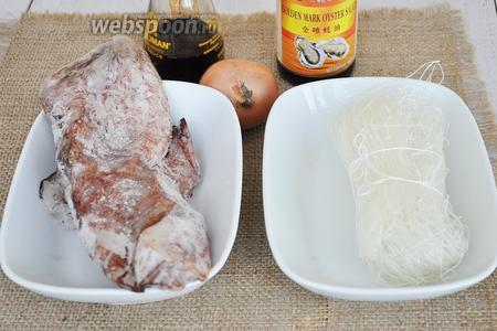 Приготовим пакет лапши, кальмары, луковицу, соус соевый, устричный и соль по желанию. Немного зелени.