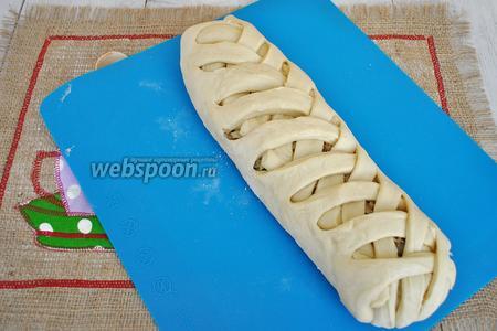 Готовый пирог смочить водой и поместить в духовку при включенной лампочке на 25-30 минут для подъёма. А затем выпекать при 180°С 30 минут. Выпекать можно прямо на силиконовом коврике, либо на листе присыпанном мукой.