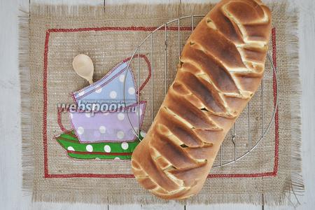 Готовую плетёнку положить на решётку для остывания. Когда пирог остынет, можно подавать.