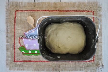 Когда хлебопечь известит о готовности теста, ведёрко с тестом извлечь из печи и можно приступить к приготовлению плетёнки.