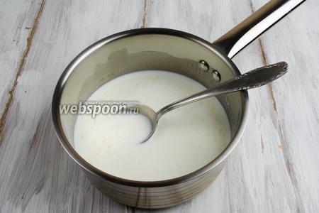 В сотейник влить холодное молоко. Добавить манную крупу. Перемешать. Поставить на средний огонь. Всё время помешивая, сварить манную кашу без комков.
