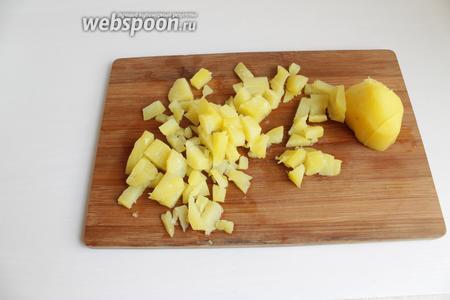 Отварную картошку почистим и порежем кубиками.