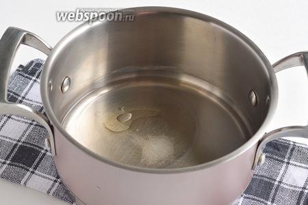 Воду соединить с солью и подсолнечным маслом. Довести до кипения.