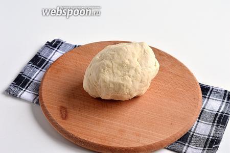Быстро замесить мягкое тесто и поставить на 30 минут под полотенце.