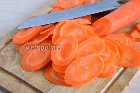 Нарежьте морковь тонкими ломтиками острым ножом, на специальной терке или на специальной насадке на кухонном комбайне.