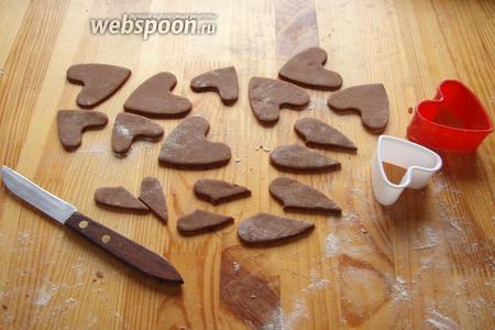 А затем шоколадные. Шоколадные при этом разрезаем пополам, это будут уши «Тузика», а также от теста отщипываем кусочек для того, чтобы сделать ещё носик и глаза!