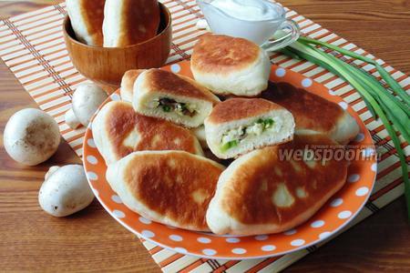 Жареные пирожки с грибами, яйцом и зелёным луком