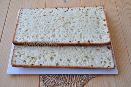 Белый бисквит тоже разрезать на 2 коржа и обрезать по размеру 30х20 см.