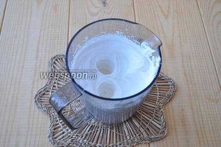 Вначале взбиваем сливки с сахарной пудрой, когда они станут устойчивыми добавляем понемногу молоко, продолжая взбивать.
