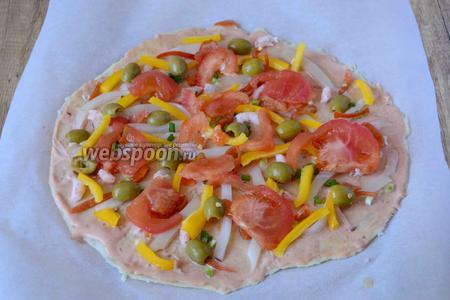 Помидор режем полукольцами. Так же равномерно выкладываем на тесто. Оливки режем вдоль на две половины. Заполняем оливками пробелы. (как на фото)