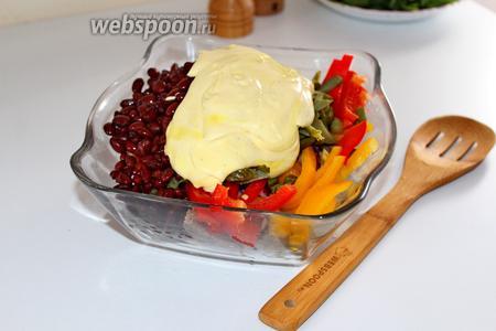 Заправить салат майонезно-горчичной заправкой и перемешать.