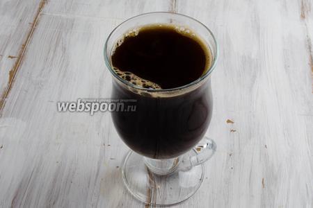 В горячем кофе растворить сахар. Остудить. Добавить сироп и коньяк. Пропитка готова.